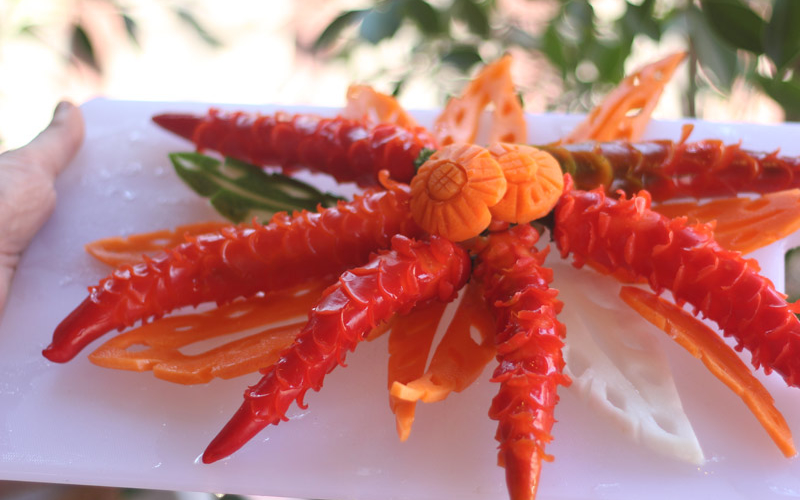 Kreative Früchtchen und ein blutiger Finger: Gemüse-Schnitzen in Chiang Mai